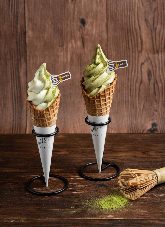 「抹茶起司霜淇淋」將抹茶添至充滿奶味的霜淇淋中,更加堆疊出具有層次的茶香。
