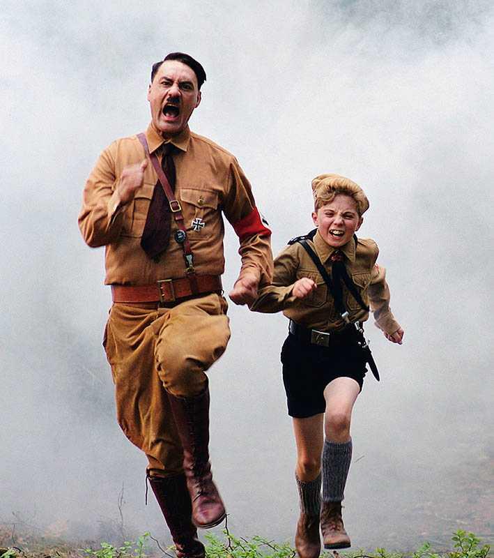 電影以羅曼格里芬戴維斯的視角,搞笑卻又諷刺地形容戰爭的可笑。(圖/福斯提供)