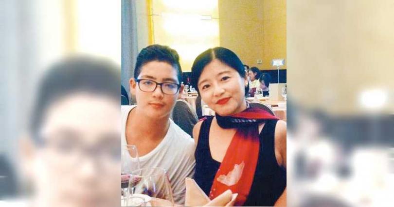 黃雅珉與外籍前夫所生的兒子黃士杰,青春期是個小胖弟,現已男大18變。(圖/報系資料庫)