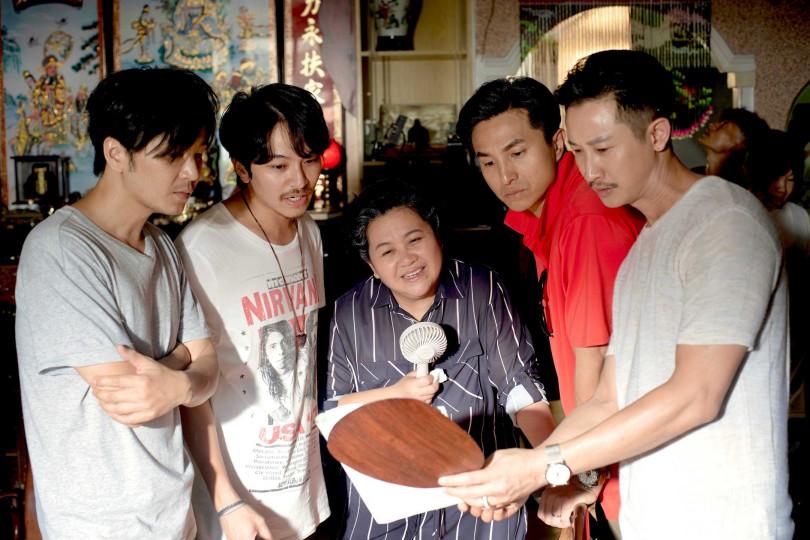 張書偉(左起)、楊銘威、鍾欣凌、王少偉、Darren排戲中。