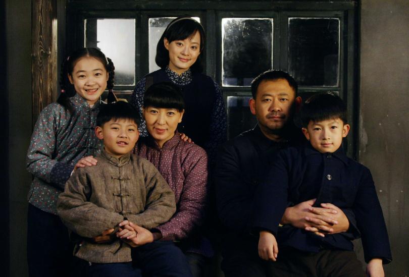 孫儷(後排中)與張儉(右二)生下三個孩子,左三為張儉妻小環。(圖/年代提供)