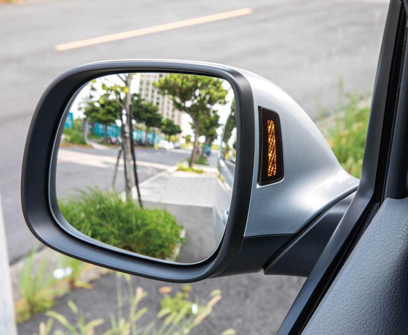 原本在後照鏡面上的車側盲點警示燈改至內側,便得更為顯眼。(圖/張文玠攝)
