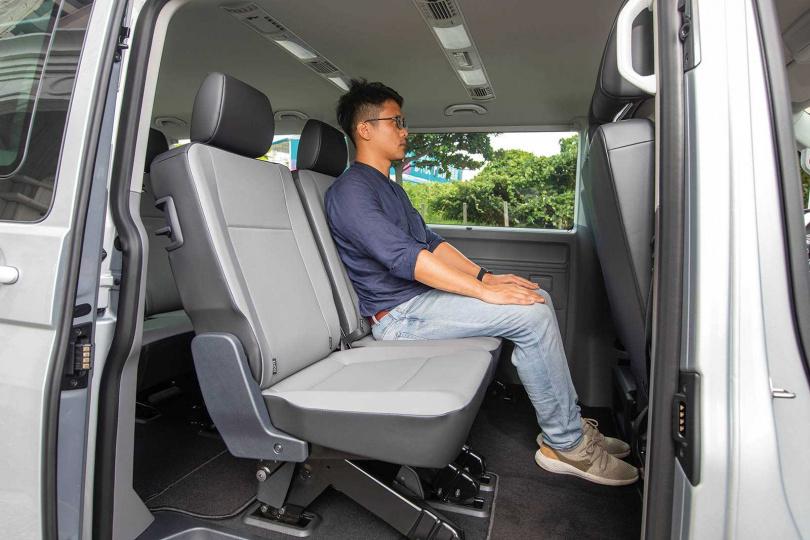 第二排座椅坐進176公分高的男性,腿部支撐性及置腳空間仍相當充裕。(圖/張文玠攝)