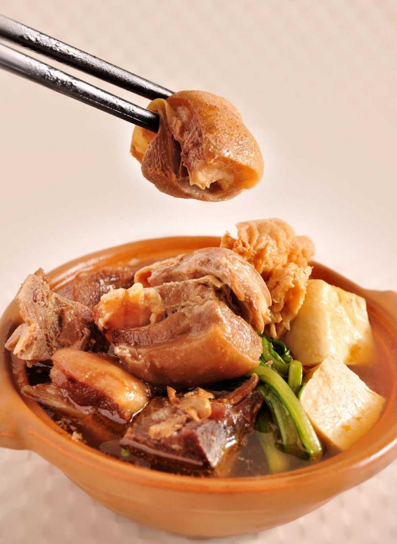 「溫補蔗香羊肉爐」嚴選富含膠質帶皮羊肉,口感軟嫩但不軟爛。