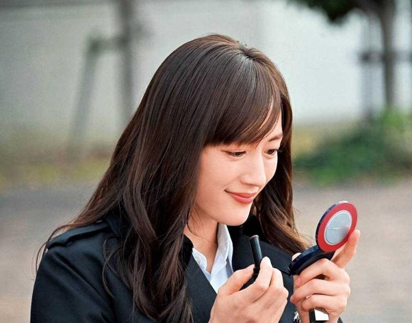 被殺人魔上身後,綾瀨遙飾演的男人婆刑警開始化妝,讓同僚大為驚訝。(圖/翻攝自TBS官網 )