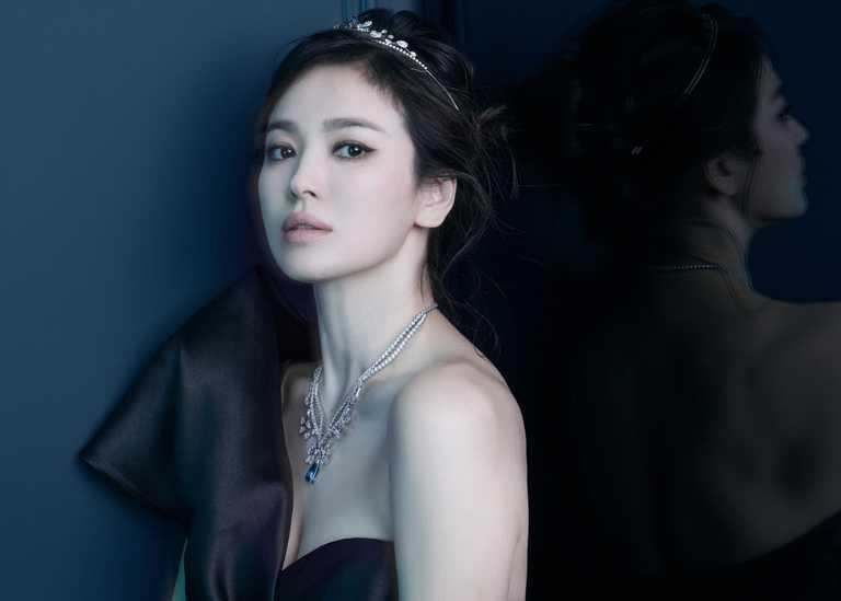 宋慧喬佩戴CHAUMET「Joséphine Aigrette Impériale」系列珠寶,展現時尚女皇氣勢。(圖╱CHAUMET提供)