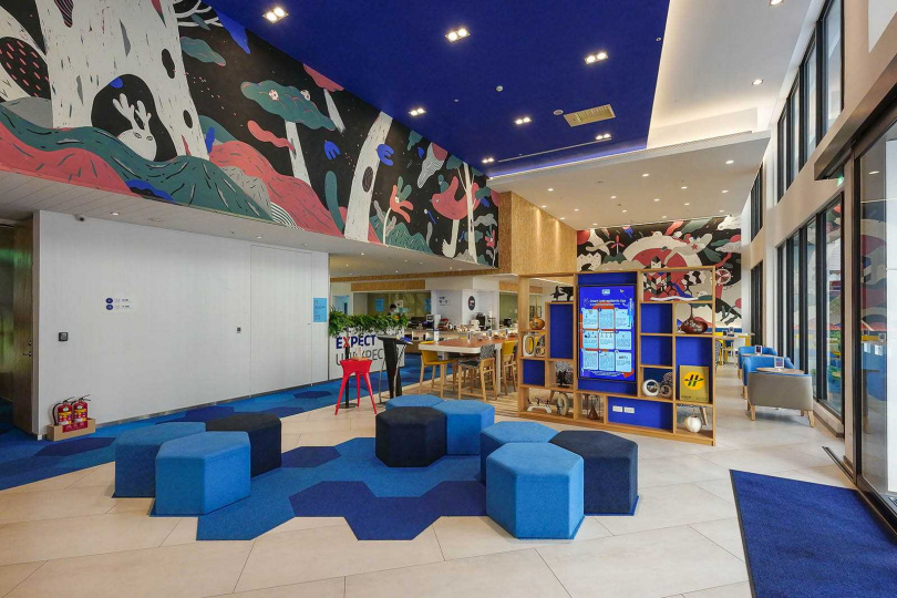 大廳以藍色做為主色調,融入塗鴉更顯得視覺鮮明。(圖/焦正德攝)