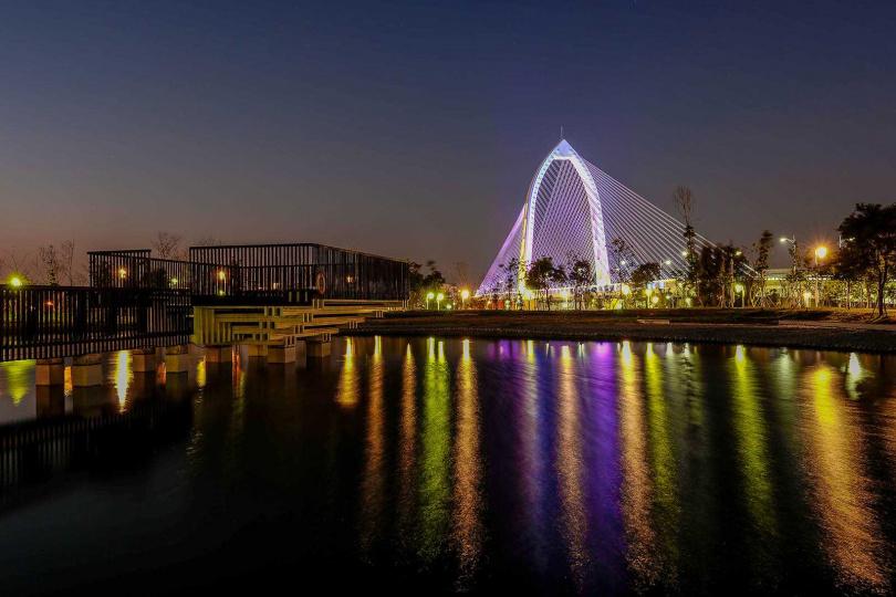 在「談論體驗區」可以拍到「科湳愛琴橋」與燈光倒影。(圖/焦正德攝)