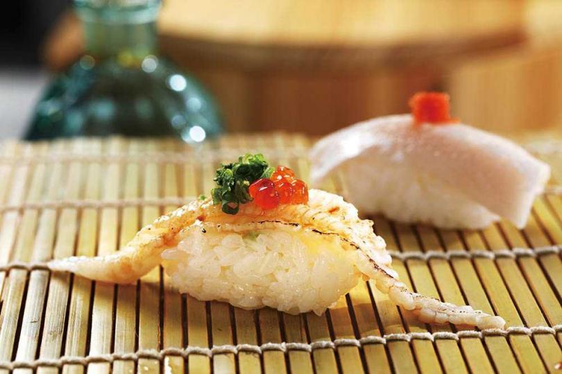以鮭魚卵點綴比目魚鰭邊肉的握壽司,入口即化、滿是鮮甜。(圖/于魯光攝)