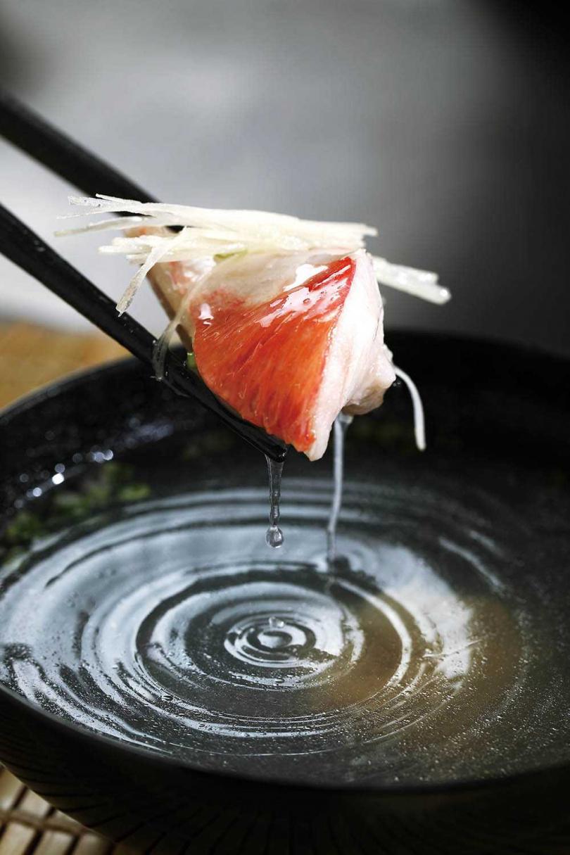 用油脂豐厚的金目鯛做魚清湯,肉質幼嫩細緻,湯頭鮮美。(圖/于魯光攝)
