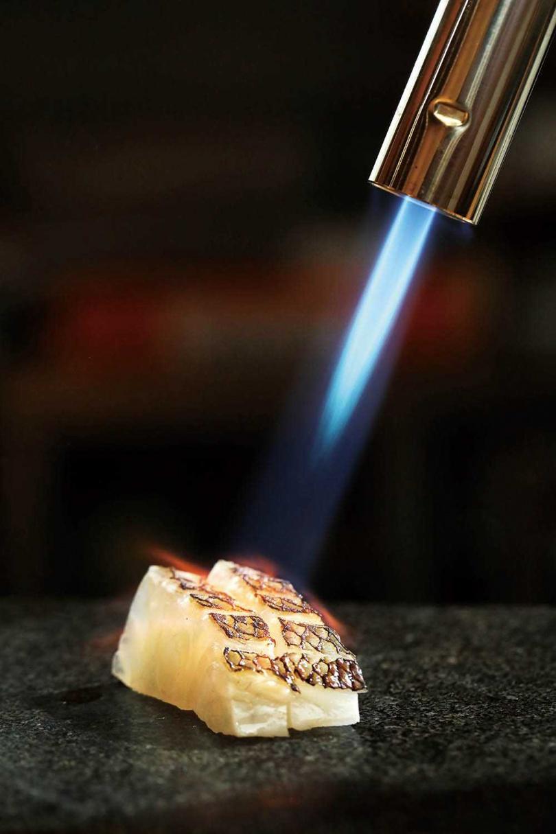 油脂較少的「柚子熟成鯛魚」散發清新柚香,炙燒後更添香氣。(圖/于魯光攝)