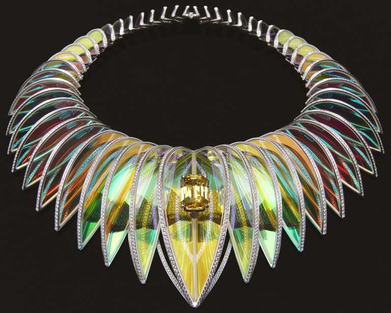 BOUCHERON「Carte Blanche, Holographique」系列高級珠寶,Holographique白金項鍊,鑲嵌1顆20.21克拉的八角形車工斯里蘭卡黃色藍寶石、及經全息技術處理水晶,並於邊緣鋪鑲鑽石。(圖╱BOUCHERON提供)
