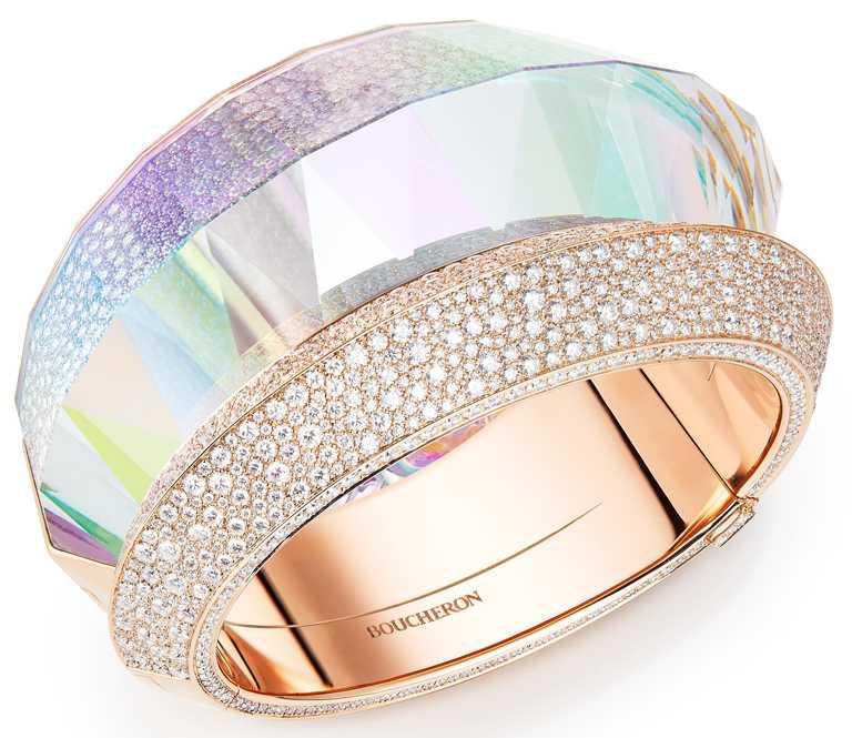 BOUCHERON「Carte Blanche, Holographique」系列高級珠寶,Faisceaux玫瑰金手鐲,鑲嵌經全息技術處理水晶及鑽石。(圖╱BOUCHERON提供)