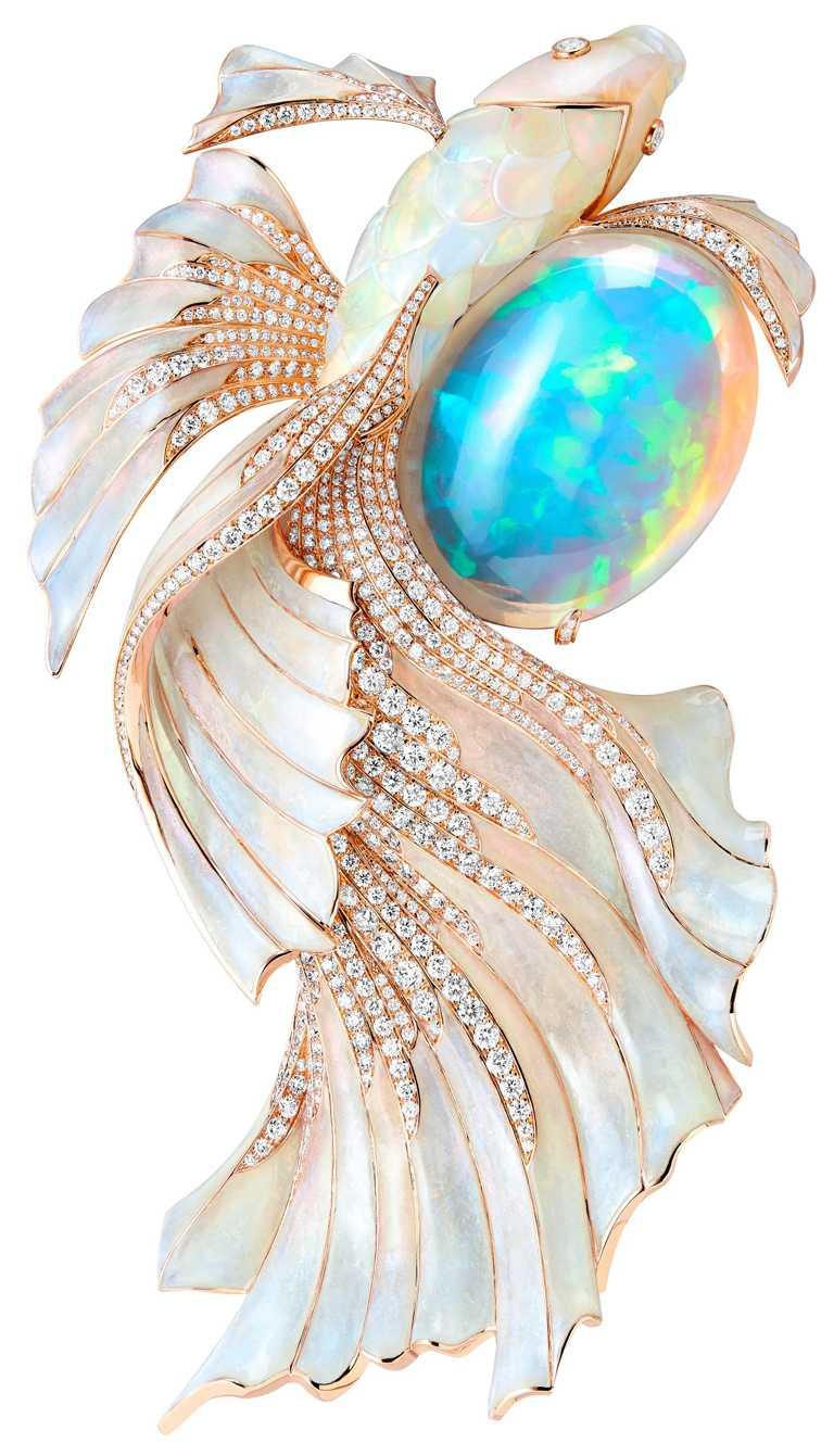 BOUCHERON「Carte Blanche, Holographique」系列高級珠寶,Opalescence玫瑰金項鍊蛋白石鬥魚吊墜,作胸針佩戴。(圖╱BOUCHERON提供)
