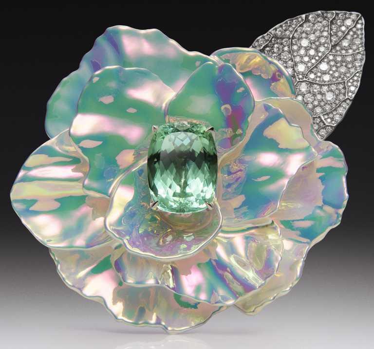 BOUCHERON「Carte Blanche, Holographique」系列高級珠寶,Chromatique鈦金與白金材質胸針,鑲嵌1顆25.01克拉的枕形切割莫三比克綠碧璽,同時鑲嵌經全息技術處理陶瓷及鑽石。(圖╱BOUCHERON提供)