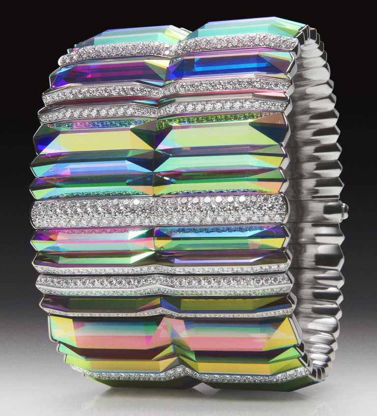BOUCHERON「Carte Blanche, Holographique」系列高級珠寶,Prisme白金手鐲,鑲嵌經全息技術處理水晶及鑽石。(圖╱BOUCHERON提供)