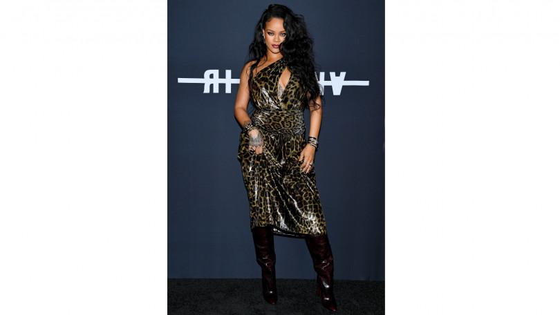 壞女孩Rihanna這次不出彩妝改出書,一身豹紋狂野出席派對。(圖/品牌提供)