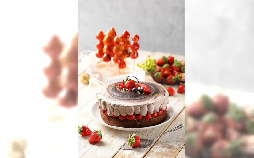 前為草莓生巧克力蛋糕、後為草莓糖葫蘆。(圖/Mega 50餐飲及宴會提供)