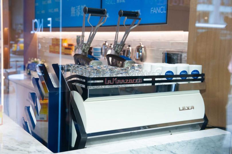 FANCL南西旗鑑店擁有全台僅三台的- LA MARZOCCO LEVA咖啡機。(圖/品牌提供)