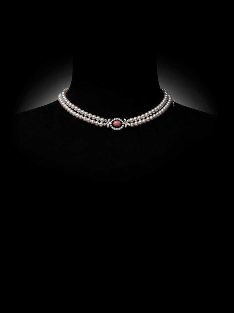MIKIMOTO「Jeux de Rubans頂級珠寶系列」孔克珍珠鑽石墜鍊╱2,100,000元。(圖╱MIKIMOTO提供)