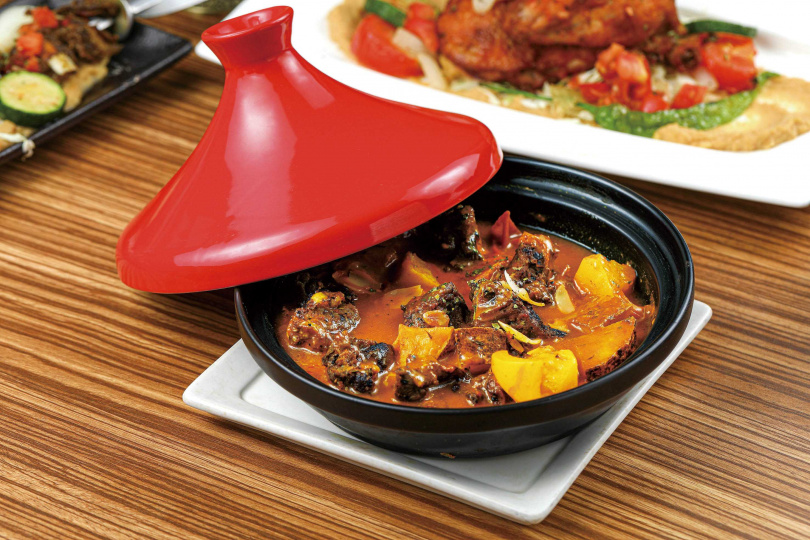 「塔吉燉牛」,用牛肋條、蔬菜、馬鈴薯,搭配番茄及百里香為底的醬汁燉煮,嘗起來濃郁中帶點酸味,適合來杯紅酒佐餐。(240元)(圖/林士傑攝)