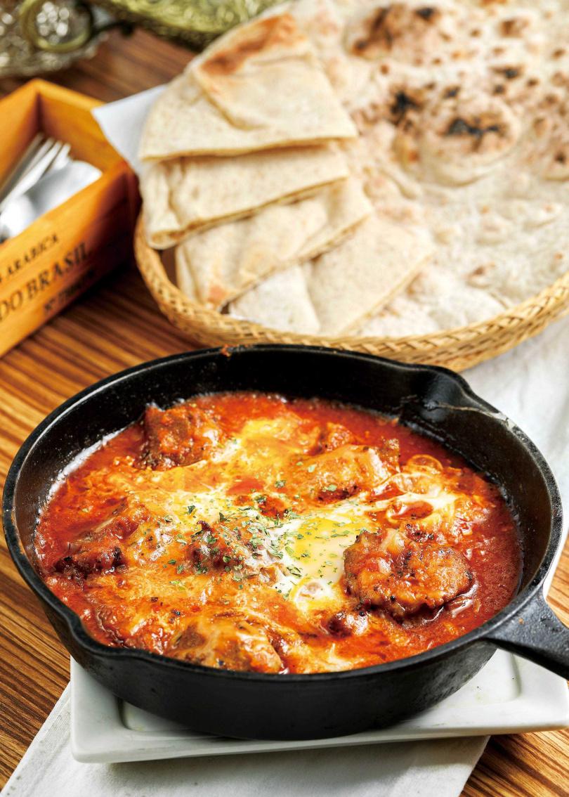 「希臘烤雞夏修卡」,以甜椒、洋蔥、番茄、胡荽子熬製的醬汁入味;搭配醃漬雞腿丁、半熟蛋與融化的起司,讓層次更多元。(210元)(圖/林士傑攝)