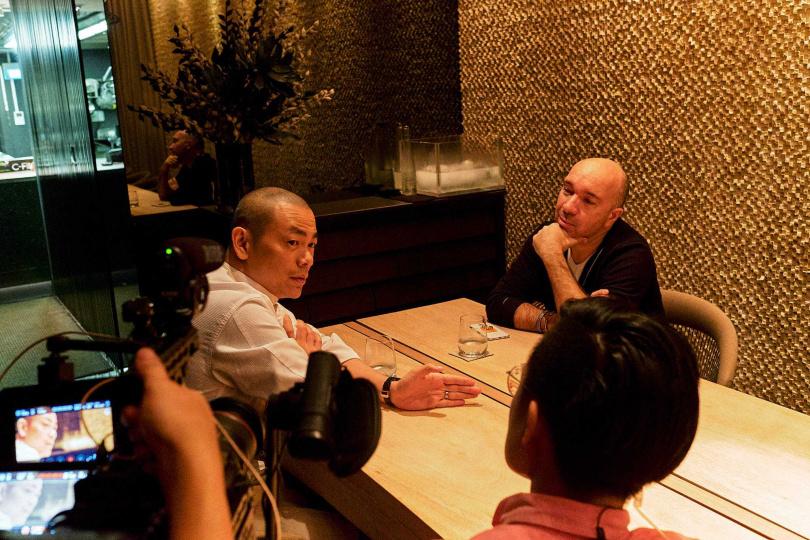 江振誠於新加坡與恩師一同受訪。