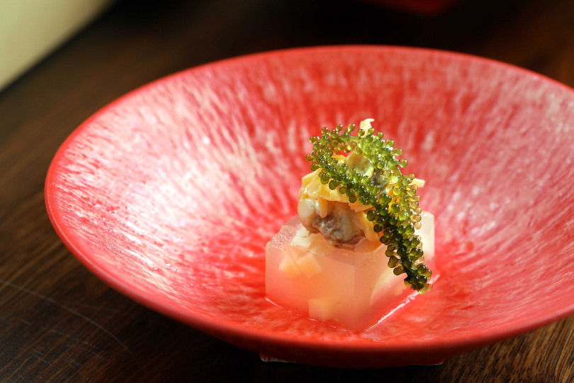 以海瓜子高湯添入筍末製成涼凍,再搭配海葡萄,清爽又鮮味十足。