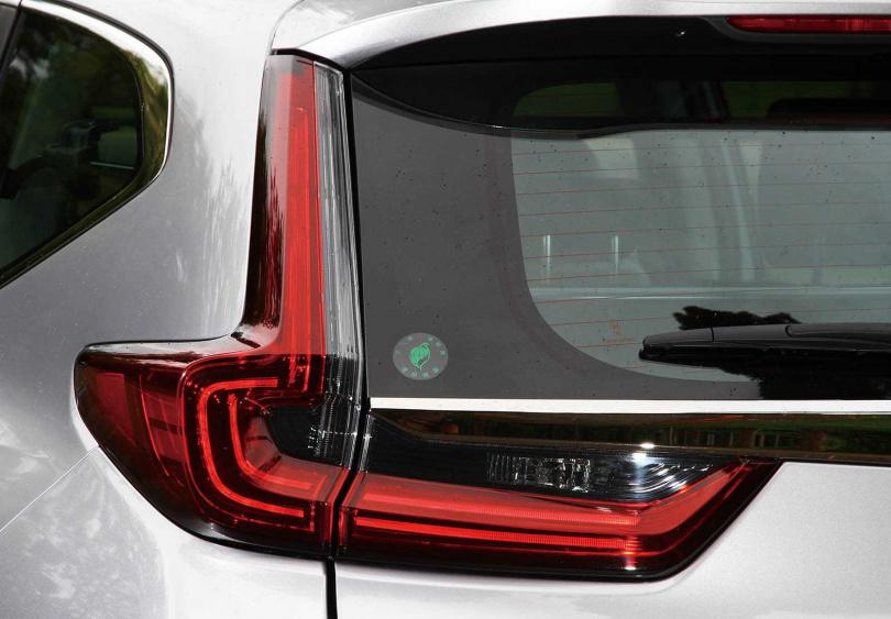 車尾的燻黑尾燈組,以及從雙圓改成雙扁的排氣尾管,是小改款CR-V在外觀上的重點。(圖/黃威彬攝)