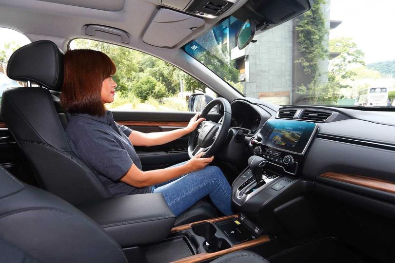 駕駛艙內裝沒太大改變,維持好開、易開的人性化原則。(圖/黃威彬攝)