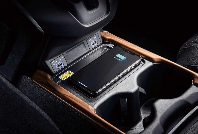 新添無線充電板,但車用的無線充電板效能都不是很好,充飽一支iPhone X手機約需2小時。(圖/黃威彬攝)