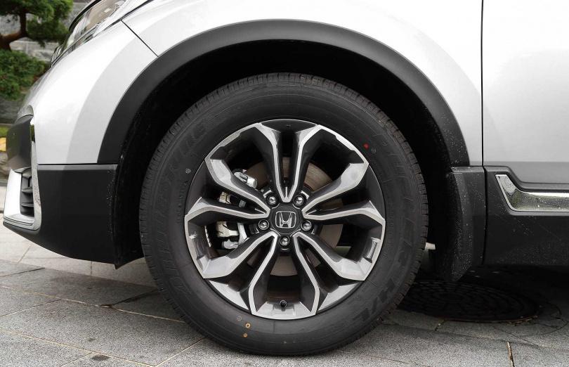 全新的18吋雙色鋁圈,花瓣般的造型十分討喜。(圖/黃威彬攝)