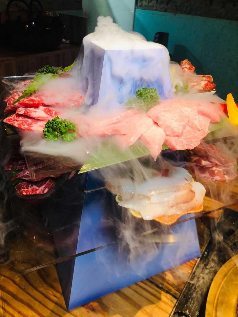 放入乾冰、煙霧繚繞的燒肉富士山看起來更有氣勢。(圖/余玫鈴攝)