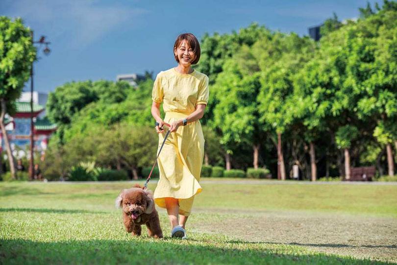 相當溺愛東東的廖婕妤,曾很害怕被狗兒子咬。(圖/張祐銘攝)