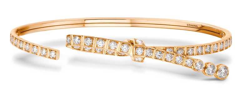 CHANEL「The Icons of 1932」系列高級珠寶,Ruban 18K Beige米色金鑽石手環╱596,000元。(圖╱CHANEL提供)