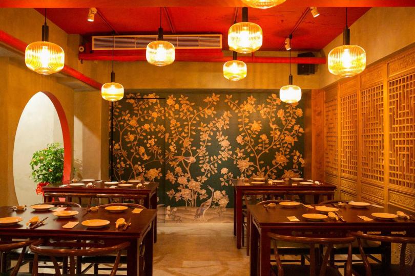以仕女牆面、雕花窗櫺作為隔屏,帶點神秘又有點性感的用餐空間。