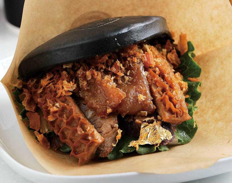「麻辣牛三寶刈包」一次可吃到3種部位口感,人氣最高。(119元)(圖/林士傑攝)