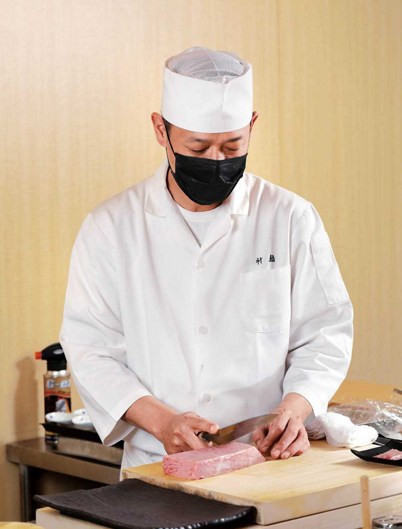 擁有近三十年經歷的主廚袁育銓,去年總算開了自己的板前日料店。(圖/于魯光攝)