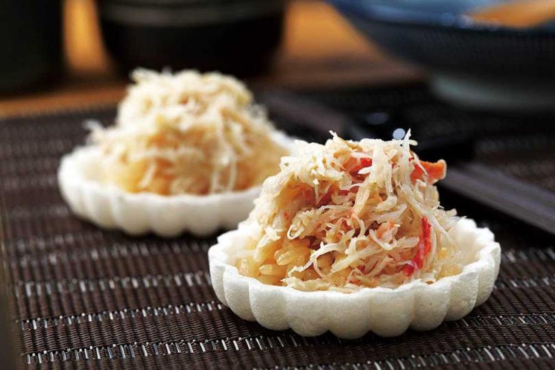 甘甜且柔嫩的松葉蟹,盛在最中餅一起入口,是到清爽美味的前菜。(圖/于魯光攝)