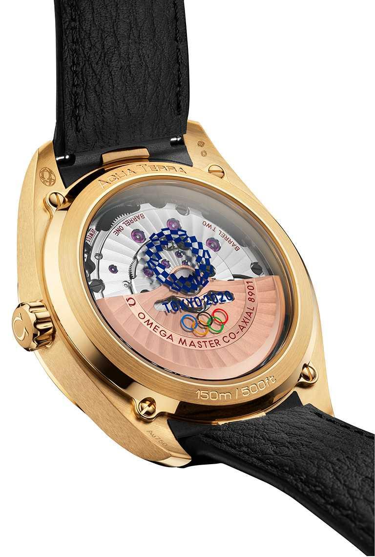 OMEGA「Aqua Terra海馬」東京2020黃金版腕錶,錶背飾有東京2020年奧運會標誌,並清楚顯示8901型同軸擒縱大師天文台認證機芯。(圖╱OMEGA提供)