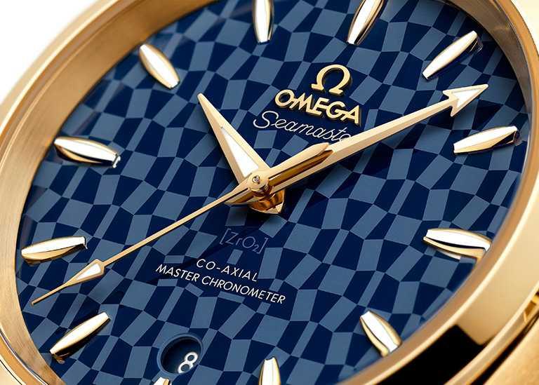 OMEGA「Aqua Terra海馬」東京2020黃金版腕錶,拋光藍色陶瓷錶盤飾有鐳射鐫刻東京2020奧運會徽章及「ZrO2」字樣。(圖╱OMEGA提供)