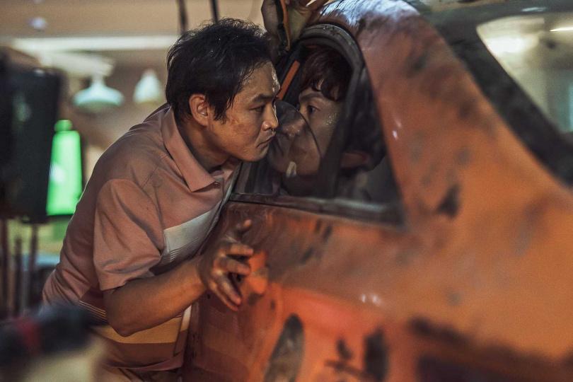 金成昀和李光洙在片場經常被餵食,兩人爆料車勝元經常抱著辣味蝦條到處走。(圖/車庫提供)