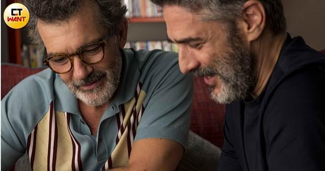 《痛苦與榮耀》安東尼奧班德拉斯(左)揪心詮釋與同志愛人的遺憾。(圖/傳影互動提供)