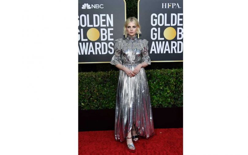 露西波頓身穿由Louis Vuitton訂製的銀色絲絨禮服。(圖/品牌提供)