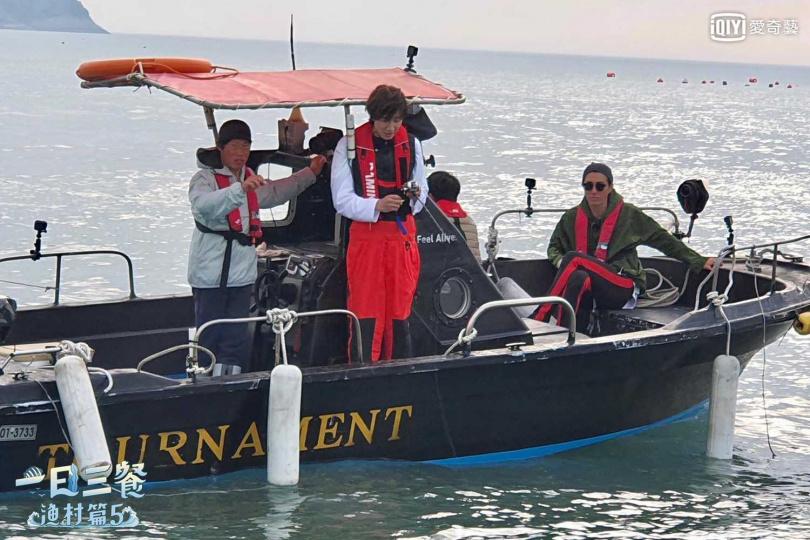 李光洙(中)跟著車勝元等人一起去釣魚。(圖/愛奇藝台灣站提供)