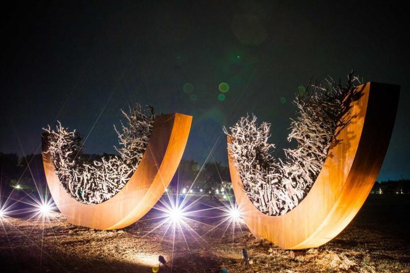 各作品在入夜後將點亮燈光裝置,又是截然不同的氛圍。(圖/故宮南院提供)