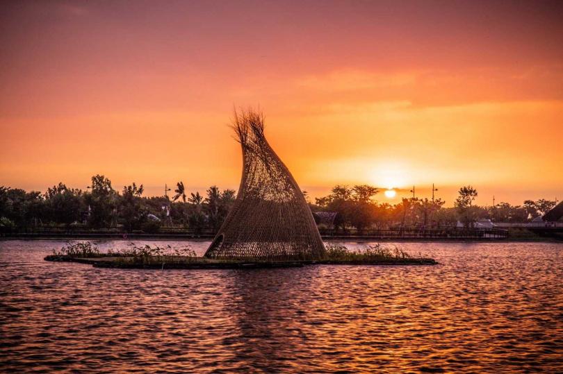 《忘筌・捨筏》在夕陽映照之下,與白日觀賞時全然不同。(圖/故宮南院提供)