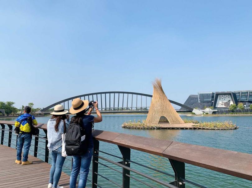 新興地域建築師甘銘源《忘筌・捨筏》最佳拍攝點於水岸舞台。(圖/故宮南院提供)