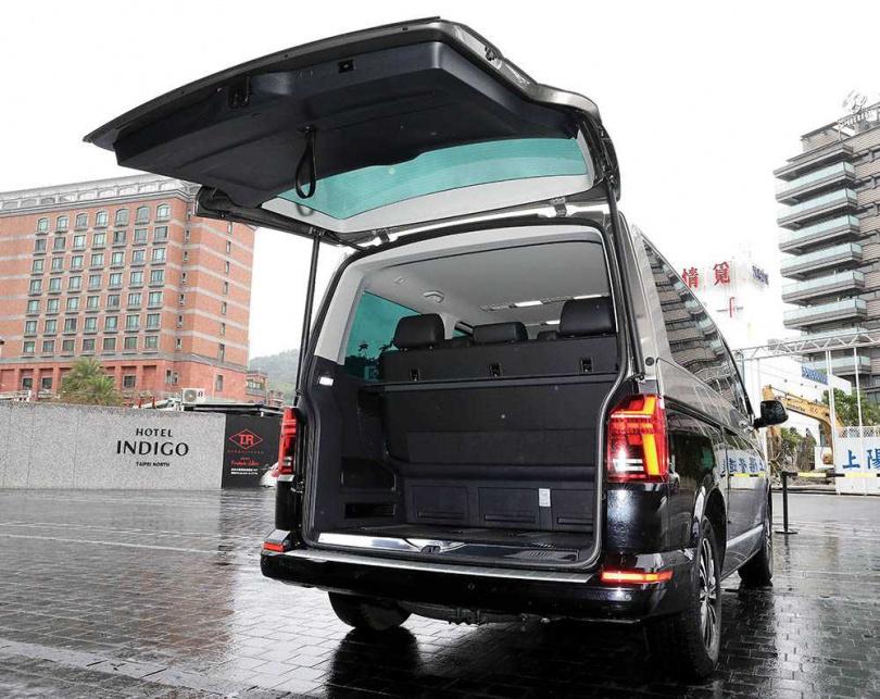 即使滿載7人,T6.1 Multivan也還擁有一定的行李廂空間。(圖/王永泰攝)