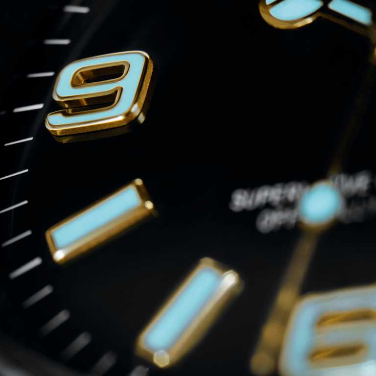 新款ROLEX「Explorer」腕錶配備Chromalight夜光顯示,指針及鐘點標記上塗有藍色夜光物料,效果非常搶眼。(圖╱ROLEX提供)